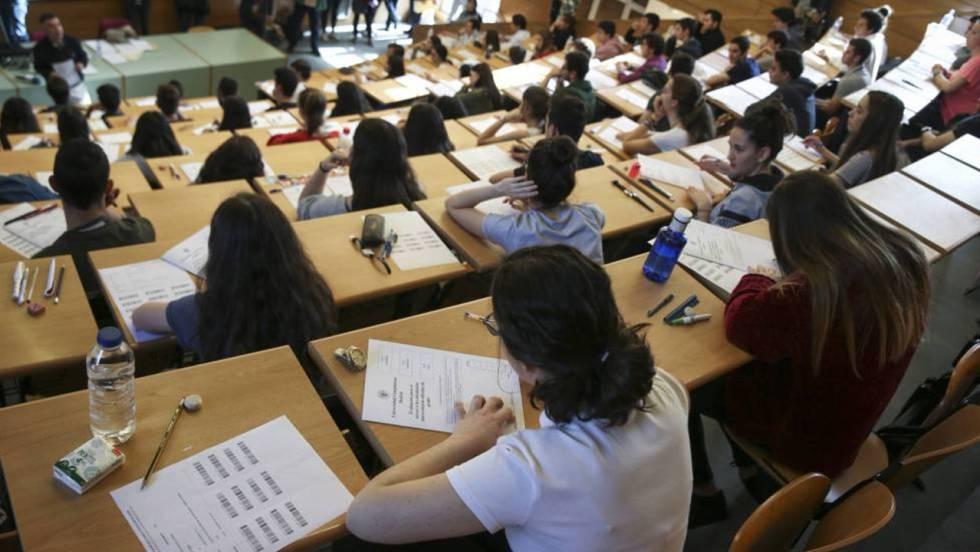 Foto: elpais.com -- Inicio de los exámenes de selectividad en Madrid. CLAUDIO ÁLVAREZ