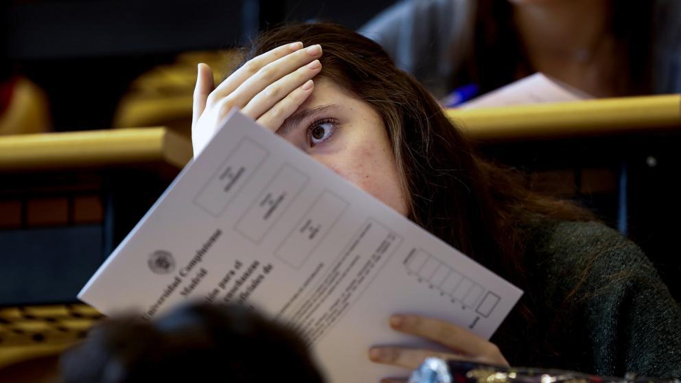 Foto: La vanguardia.com - Una estudiante espera para realizar los exámenes de la Evaluación de Bachillerato para el Acceso a la Universidad, en la Facultad de Odontología de la Universidad Complutense de Madrid (Emilio Naranjo / EFE)