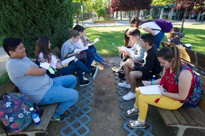Alumnos estudiando en la Politècnica antes del examen en la Selectividad de 2017