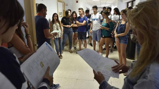 Foto: diariodesevilla.es - Estudiantes de la pasada convocatoria de septiembre antes de entrar en el aula, en Ingeniería Informática. / JUAN CARLOS VÁZQUEZ