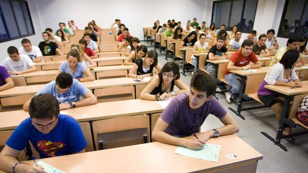 Foto: abc.es - Exámenes de selectividad del pasado año - ABC